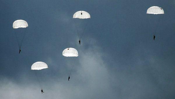 Paracadutisti russi hanno iniziato a costruire un accampamento su un lastrone di ghiaccio alla deriva nell'Artico