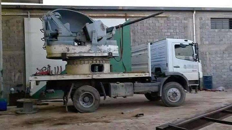 """Raggruppando """"Dawn of Libya"""" e le sue attività artigianali: cannoni di nave Oerlikon GDF installati su camion"""