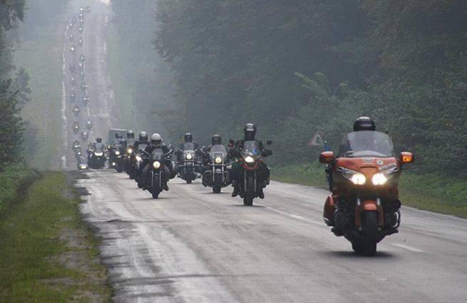 Belarus ve Polonyalı bisikletçiler Gece Kurtları motosiklet yarışına destek verdiler