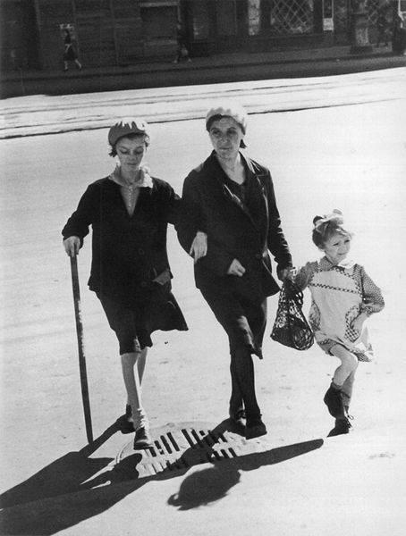 Дети на прогулке по улице