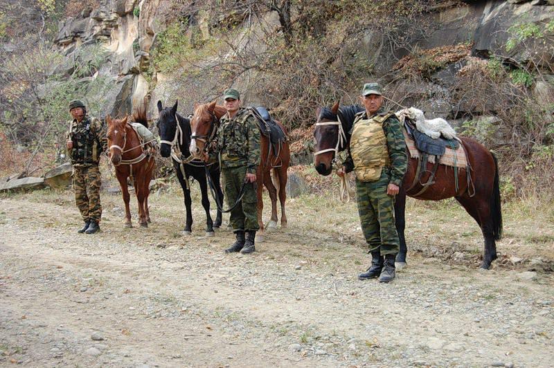 モーターを備えられたライフル銃は北オセチアの山で演習を行いました、そしてタンクマンはボルゴグラード地域の目標で撃ちました