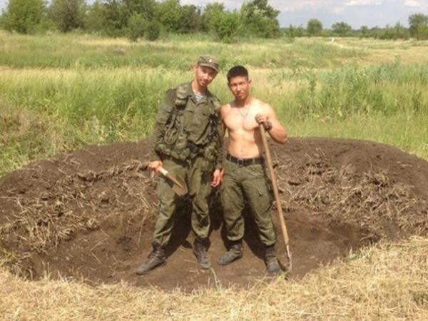 """Le travail """"impressionnant"""" des médias britanniques: ils ont photographié trois tombes - ils ont dit qu'ils avaient été enterrés dans l'armée russe décédée en Ukraine ..."""