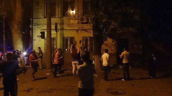 在顿河畔罗斯托夫(Rostov-on-Don),不知名的人向乌克兰领事馆扔西红柿和垃圾