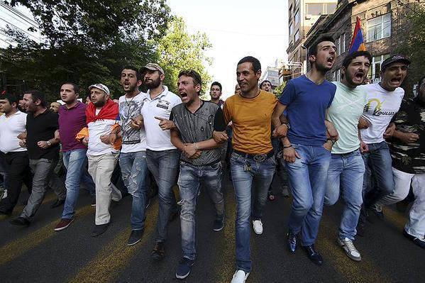 エレバン(アルメニア)で警察が「マイダン」の暴動を広めるのを止めた