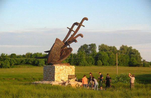 """""""Filaret"""" Denisenko """"consagrar"""" um monumento em homenagem à """"vitória do exército ucraniano sobre o exército russo"""" em Konotop"""