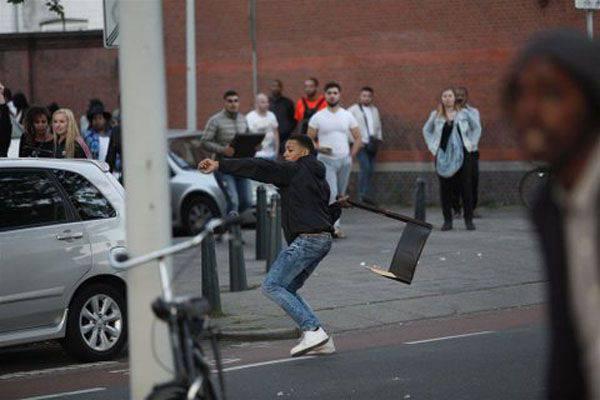 Eurodemocracia en acción: la policía de La Haya disolvió una protesta contra la brutalidad policial