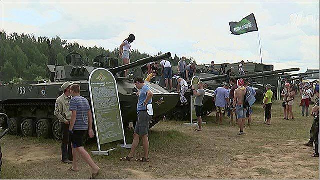 """Ministério da Defesa da Rússia: amostras de equipamentos militares chegaram ao festival de rock musical russo """"Invasion-2015"""""""