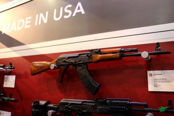 Nos Estados Unidos, vender um fuzil de assalto Kalashnikov feito localmente.