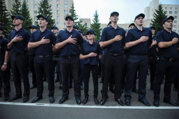 """Yatsenyuk a ordonné d'amender les navires russes entrant dans les ports """"ukrainiens"""" et a visité """"l'académie de police"""""""