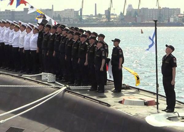 """Acima do submarino """"Old Oskol"""" içou a bandeira de St. Andrew"""