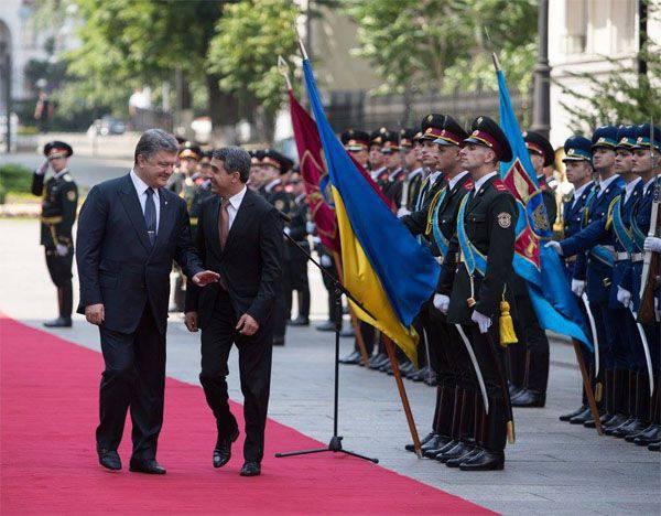 """Poroschenko stellte ukrainischen Militärs eine """"Superaufgabe"""": Englisch in einem Jahr zu lernen"""