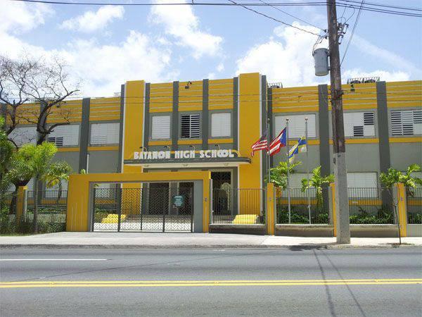 アメリカのコンサルティンググループは、債務を返済するためにお金を節約するために、プエルトリコで学校を閉鎖し、教師を解雇することを提案しています。