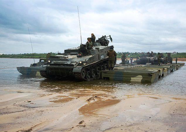 Des pontons chinois et biélorusses ont transporté du matériel à travers l'Oka