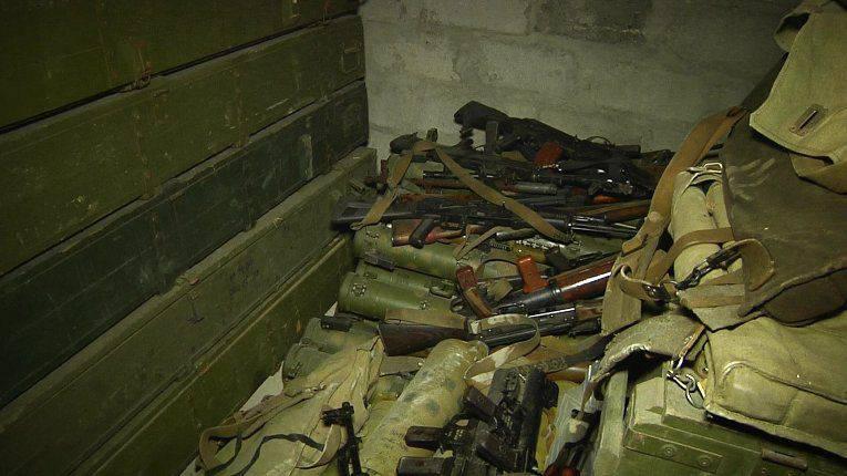 LC'de bulunan silah ve çalıntı araçların bulunduğu depo