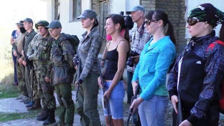 키에프에서는 여성 군대를 가르치기 시작했다.