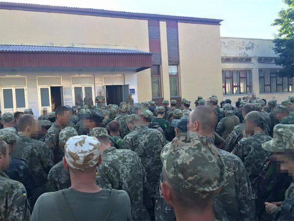 Ukromobilisation: commissaire militaire entoure ...