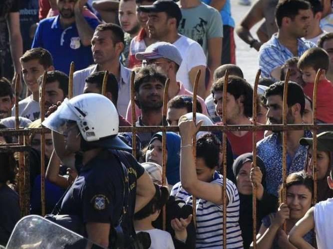 그리스 섬인 코스 (Kos)에서 이민자들은 경기장에 갇혀있었습니다.