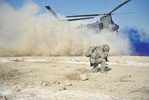 """아프가니스탄에있는 SAS 전투기 착륙과 함께 헬리콥터 """"치누크""""착륙. www.army.mod.uk의 사진"""