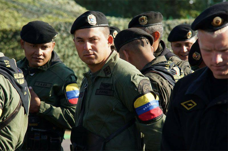 콜롬비아 국경에서 베네수엘라 군인 3 명이 부상 당했다. 니콜라스 마두로 (Nicolas Maduro)는 국경 지역에 비상 사태를 선포했다.