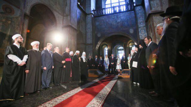 """ソフィア大聖堂でPoroshenkoと一緒にTurchinovは """"ウクライナの救済を祈って""""と原油価格の低下とロシアルーブルの為替レート """"ウクライナの独立の日を記念して敬礼"""""""