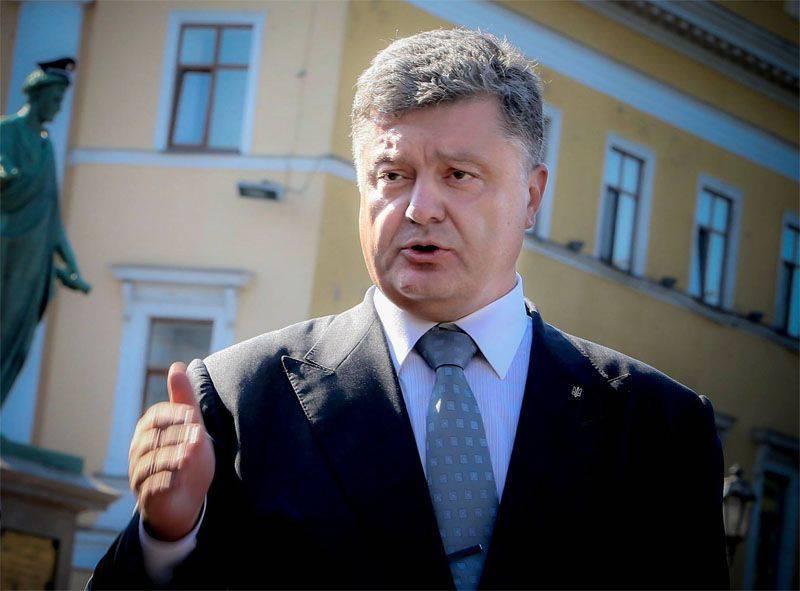 미국에서는 Poroshenko가 미친 듯이 불 렸습니다. 우크라이나에서는 민스크 형식의 gravedigger였습니다.