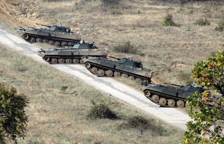 La Bulgarie renforce la frontière avec les véhicules blindés de la Macédoine
