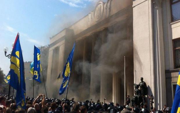 Verkhovna Radaの建物を襲撃しました。 急進派は戦争手榴弾を使う