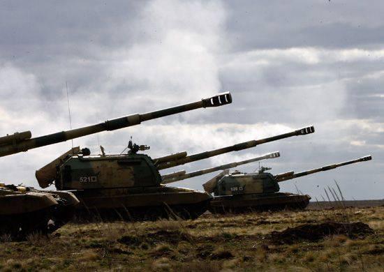 Enseignements tactiques d'infanterie motorisée, d'artilleurs et d'avions de l'armée sur le terrain d'entraînement de Luga