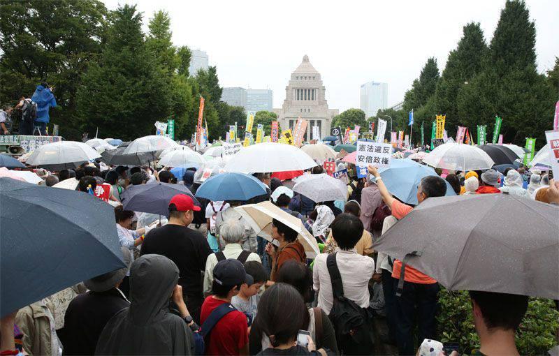 Plus de 120 sur des milliers de Japonais ont protesté contre un projet de loi autorisant le recours aux forces d'autodéfense lors d'opérations spéciales à l'extérieur du pays