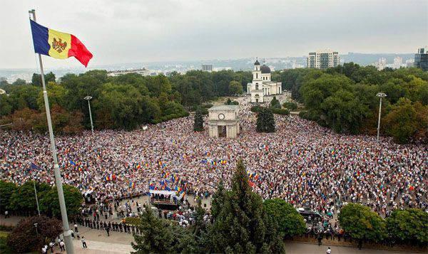 """... Et le Moldave à la peau sombre sur le stand """"Maidan"""" est allé"""