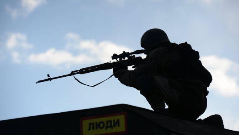 흑해 특수 부대가 헬리콥터에서 상륙하는 크림 훈련에서 열렸습니다.