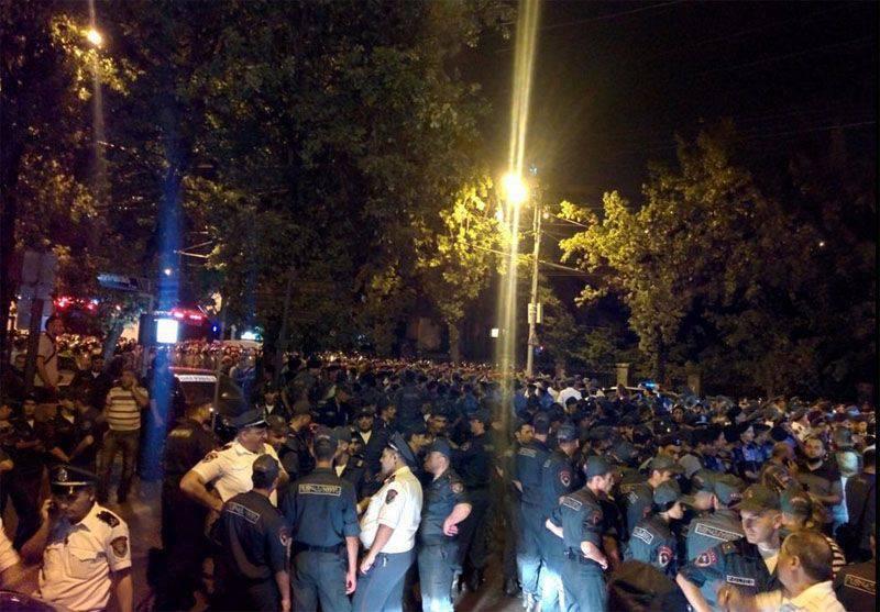 Dopo numerose richieste di radunare i partecipanti per liberare Baghramyan Avenue, la polizia di Erevan ha disperso la manifestazione
