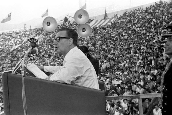 """살바도르 아옌데 : """"대통령 동지""""를 타도하는 법"""