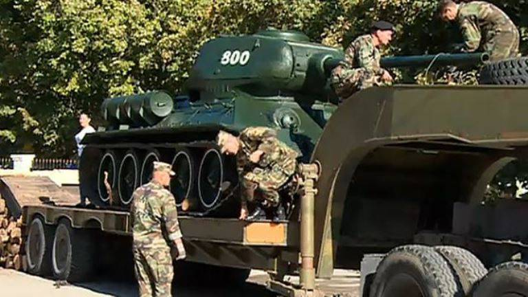 Monument to tank T-34 dismantled by order of the Minister of Defense in Moldova
