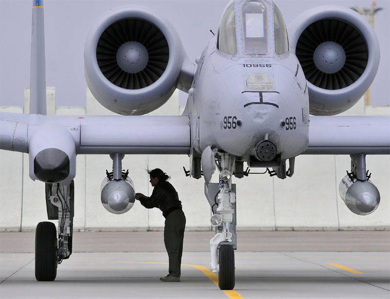अमेरिकी हमले के विमान ए-एक्सएनयूएमएक्स थंडरबोल्ट II एस्टोनियाई वायु बेस एमरी पर ले जाते हैं