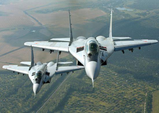 Pilotos russos e sérvios participam de vôos conjuntos de treinamento