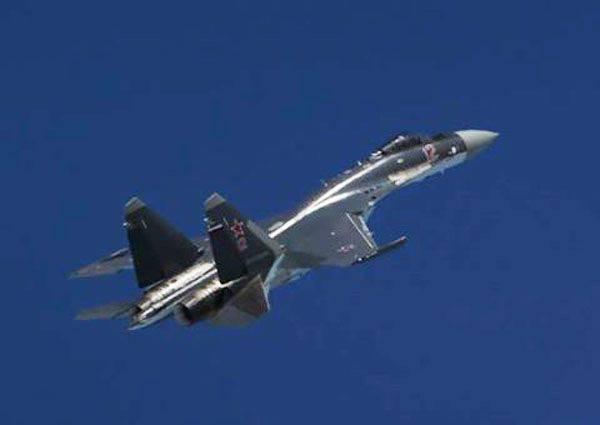 Su-35С a couvert l'avion anti-sous-marin tactique de la flotte du Pacifique dans les îles Kouriles dans le cadre de l'exercice tactique de vol