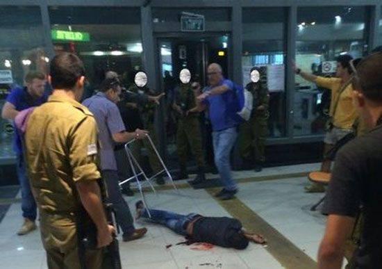 इज़राइल में, एक आतंकवादी ने एक सैनिक को मार डाला और एक अन्य एक्सएनयूएमएक्स आदमी को घायल कर दिया