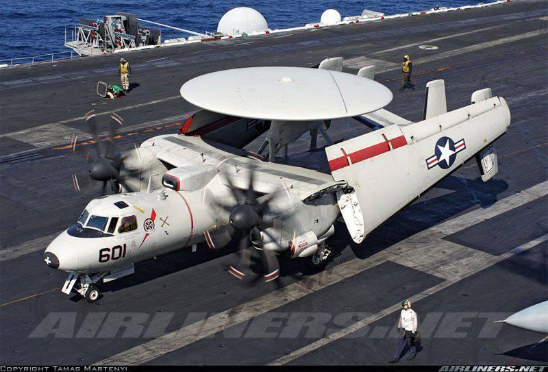 Yokosuka'daydı. Japon prömiyerinin Amerikan uçak gemisini ziyareti sırasında, güverte uçağı alev aldı.