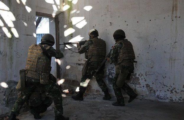 エストニアの軍人はトライデントジュンクチュア2015操作中に都会の環境での戦いの訓練に魅了されました