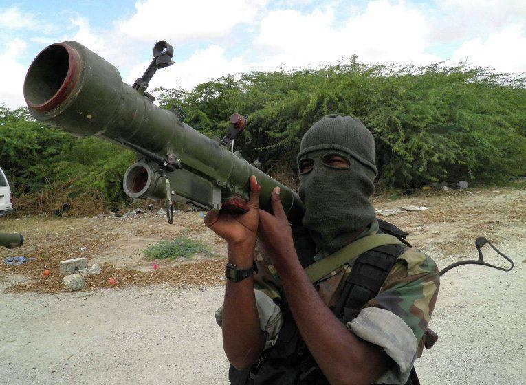 소말리아에 착륙 한 비행기 승무원들이 알 샤밥의 인질이되었습니다.