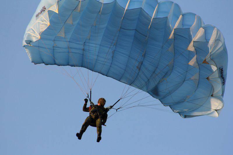 Unter Samara führten die Spezialeinheiten die Landung aus extremen Höhen des Fallschirmtrainings durch