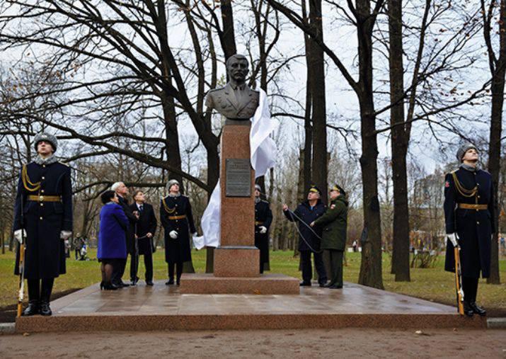 两次英雄半身像英雄尼古拉·迈达诺娃在圣彼得堡开幕