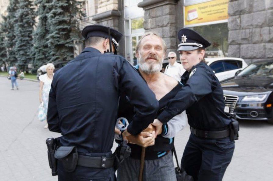 dom-devok-razdevayut-v-politsii-rastyazhki