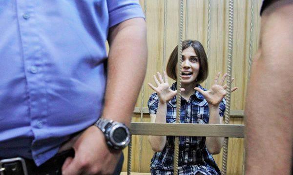 """Provocation et outrage en tant qu'outils de la politique anti-russe. De """"Femen"""" à Pavlensky"""