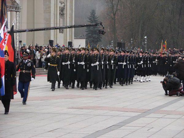 En Lituania, los sonidos de la orquesta militar británica celebraron el día de las fuerzas armadas lituanas.