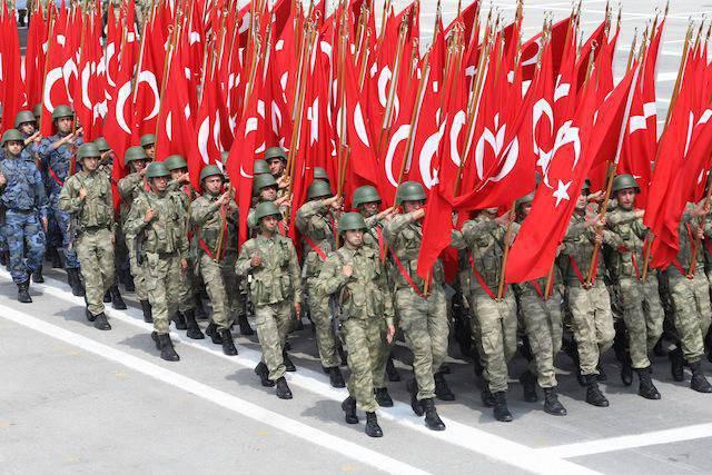 Ankara et Doha ont convenu d'établir une base militaire turque au Qatar