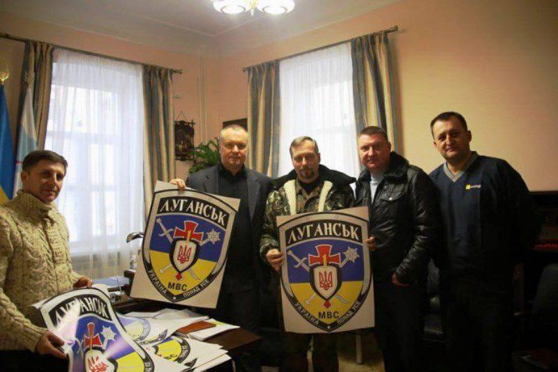 우크라이나 시민들은 자원 봉사자 대대에 의해 수행 된 수색에 대해 관찰자들에게 불평했다.