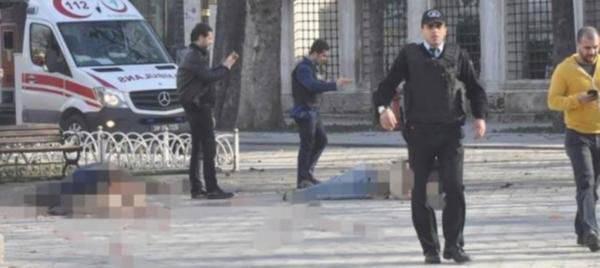 Las autoridades turcas celebran una reunión de emergencia relacionada con la explosión en Estambul y prohíben a los medios turcos publicar información sobre el ataque terrorista.