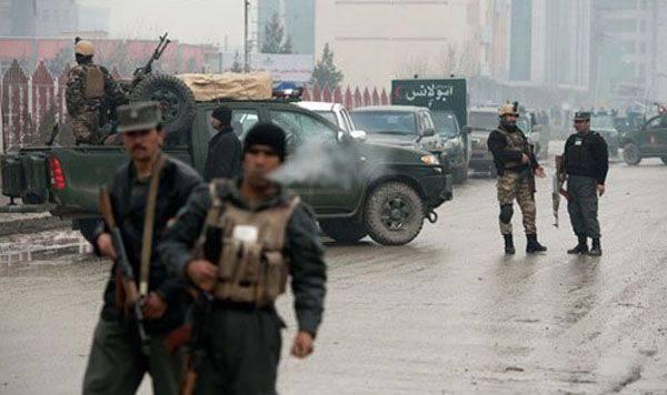 過激派はJalalabad(アフガニスタン)のパキスタン領事館を押収しようとしました。 死者と負傷者がいます